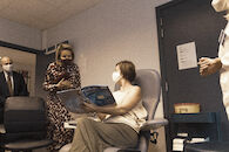 Koningin Mathilde bezoekt Centrum voor de Evaluatie van Vaccinaties (32).JPG